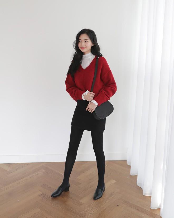 Học cách kết hợp áo len mới nhất này của các quý cô Hàn để diện Tết ngay còn kịp - Ảnh 4.