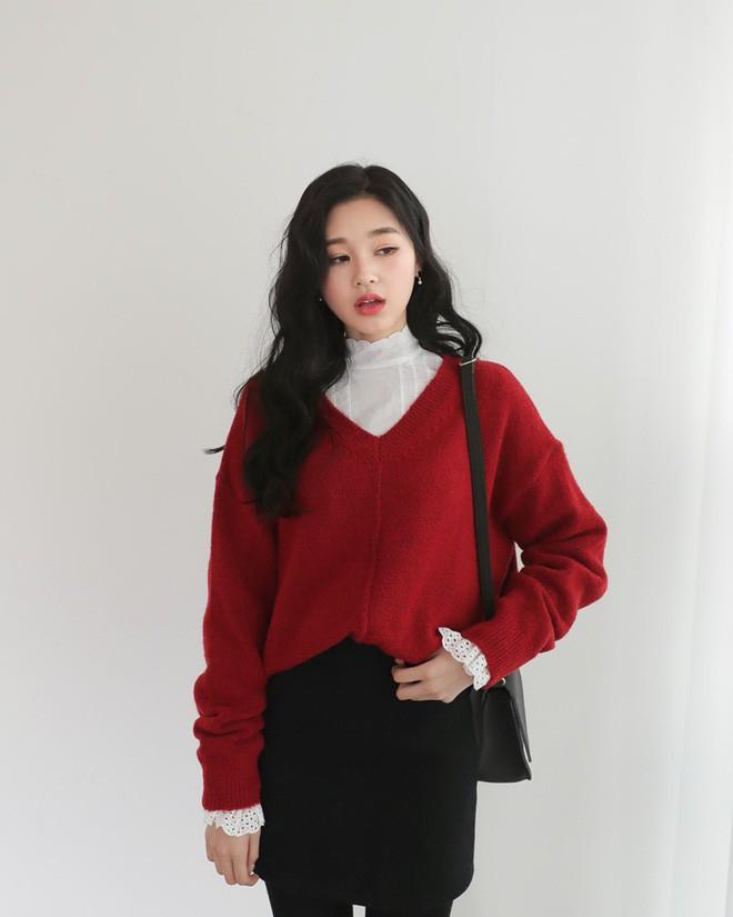 Học cách kết hợp áo len mới nhất này của các quý cô Hàn để diện Tết ngay còn kịp - Ảnh 5.