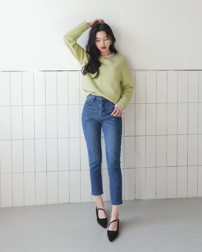 Học cách kết hợp áo len mới nhất này của các quý cô Hàn để diện Tết ngay còn kịp - Ảnh 9.