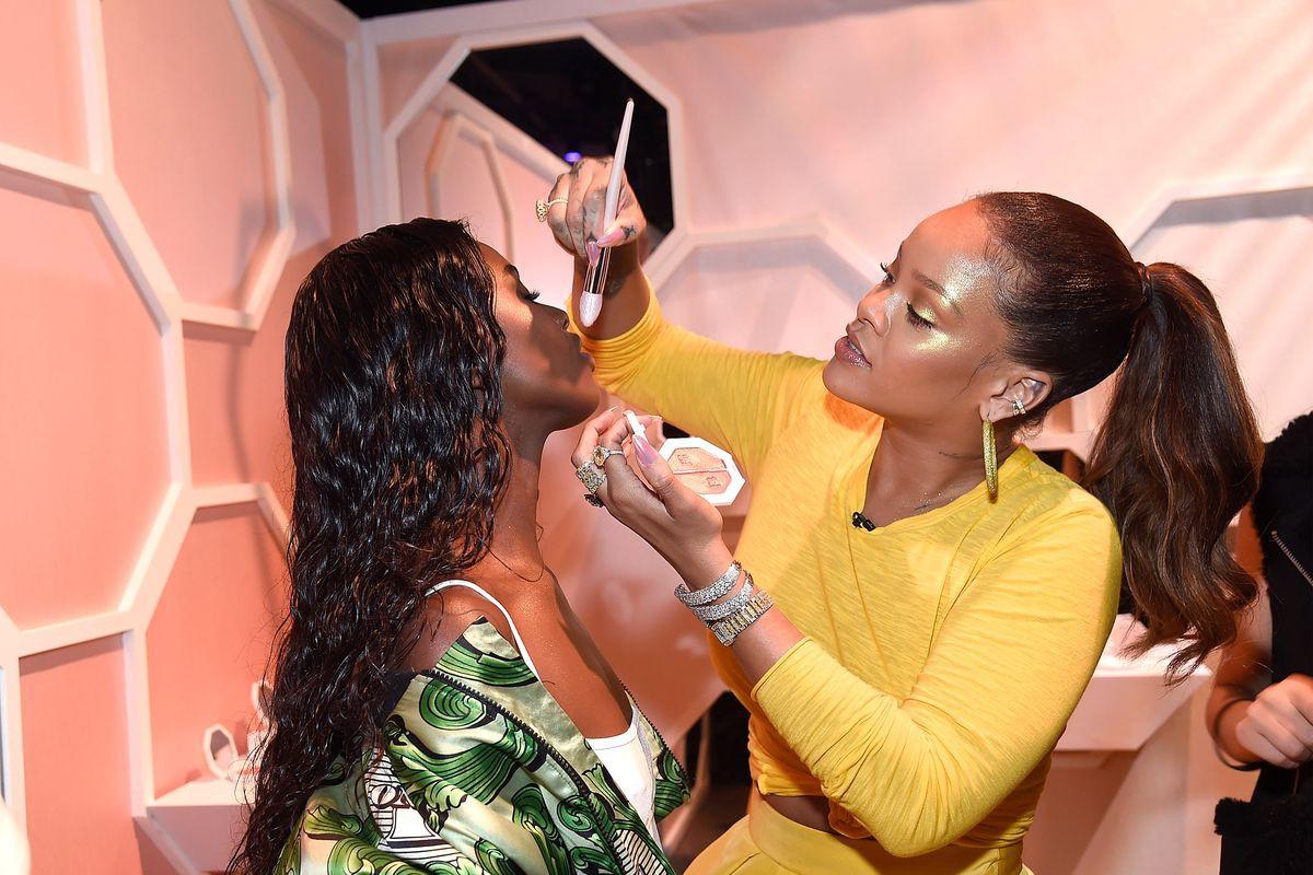 Dù sinh sau đẻ muộn, thương hiệu mỹ phẩm của Rihanna được dự đoán sẽ sớm vượt mặt thương hiệu của Kylie Jenner và Kim Kardashian - Ảnh 2.