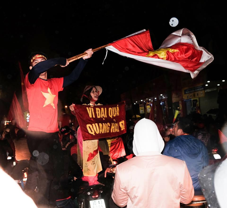 Cười vỡ bụng với nghìn lẻ một khẩu hiệu cổ vũ U23 Việt Nam cực ấn tượng của cổ động viên cả nước - Ảnh 1.
