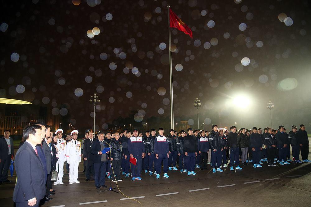 U23 Việt Nam báo công trước Lăng Bác, khép lại buổi diễu hành rộn ràng kéo dài 5 tiếng - Ảnh 3.