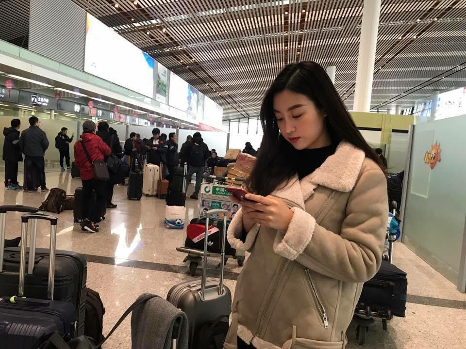 Hoa hậu Đỗ Mỹ Linh gặp Bùi Tiến Dũng và các cầu thủ U23 Việt Nam tại sân bay - Ảnh 4.