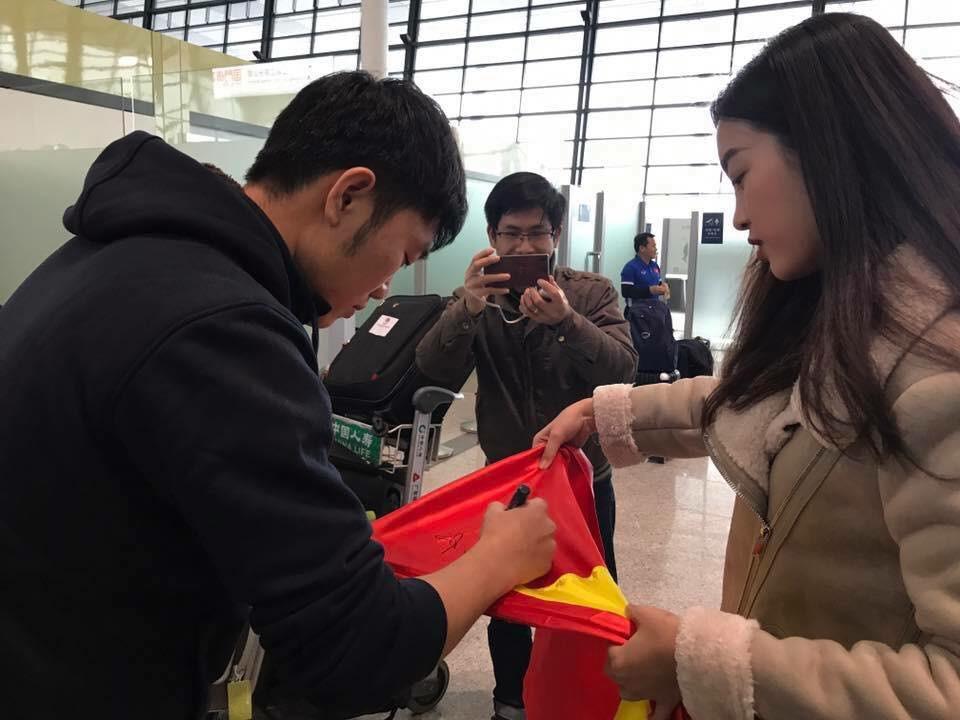 Hoa hậu Đỗ Mỹ Linh gặp Bùi Tiến Dũng và các cầu thủ U23 Việt Nam tại sân bay - Ảnh 3.