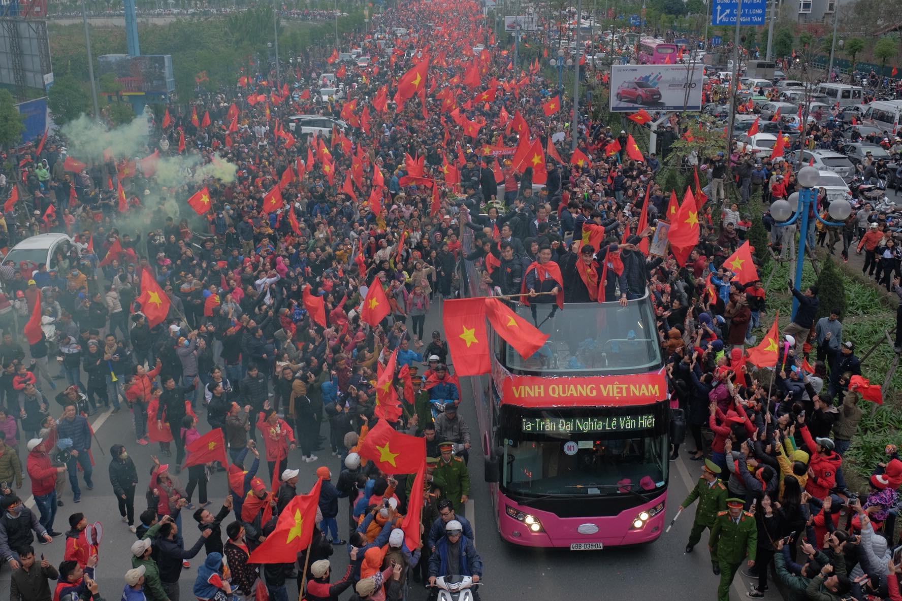 U23 Việt Nam báo công trước Lăng Bác, khép lại buổi diễu hành rộn ràng kéo dài 5 tiếng - Ảnh 2.