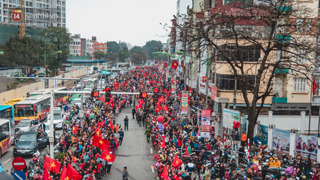 Tình yêu người hâm mộ quá lớn: Đường phố rợp xe và cờ, hơn 4 tiếng đoàn xe của U23 Việt Nam mới có thể tiến vào nội đô - Ảnh 14.