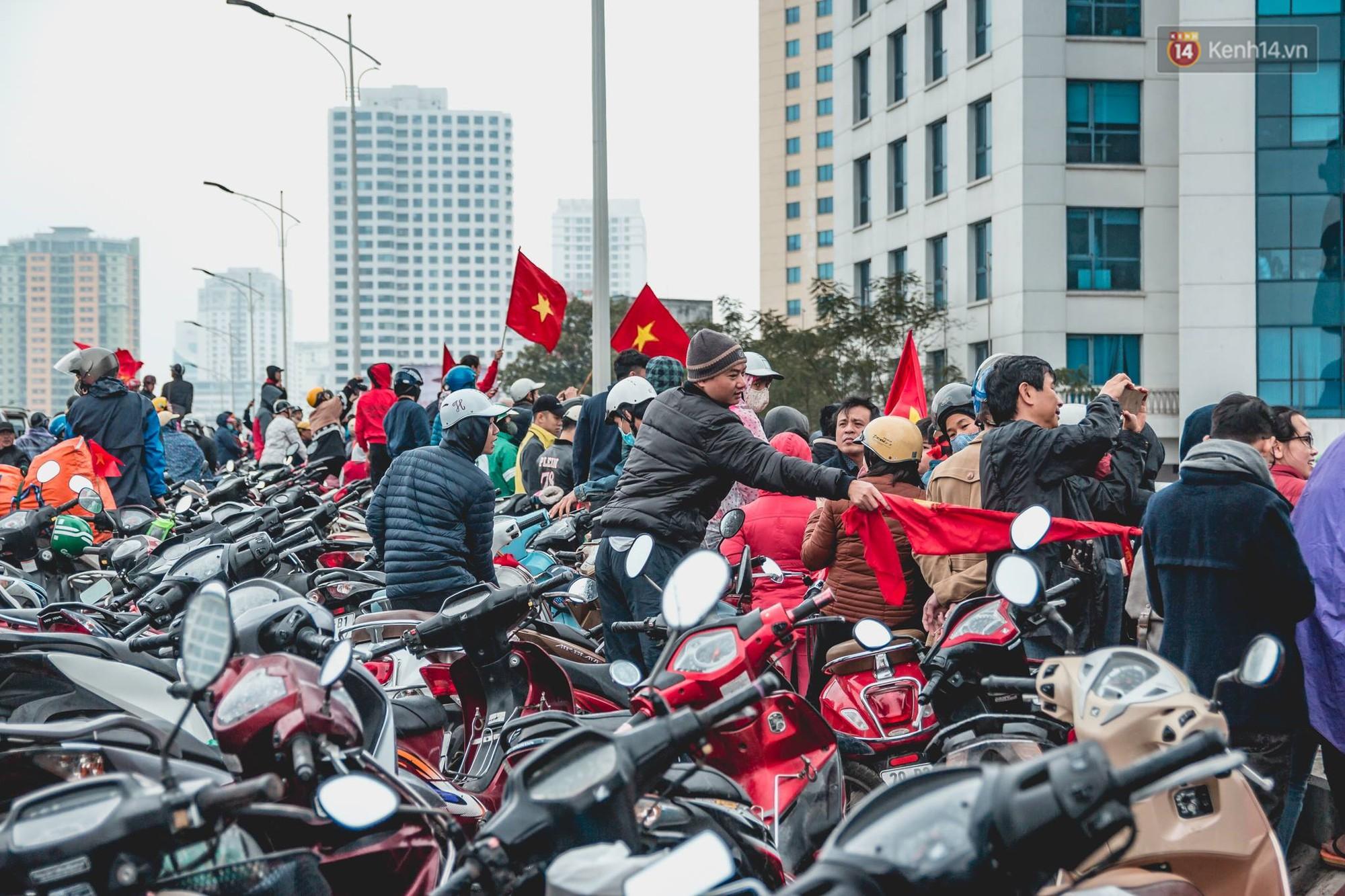 Tình yêu người hâm mộ quá lớn: Đường phố rợp xe và cờ, hơn 4 tiếng đoàn xe của U23 Việt Nam mới có thể tiến vào nội đô - Ảnh 16.