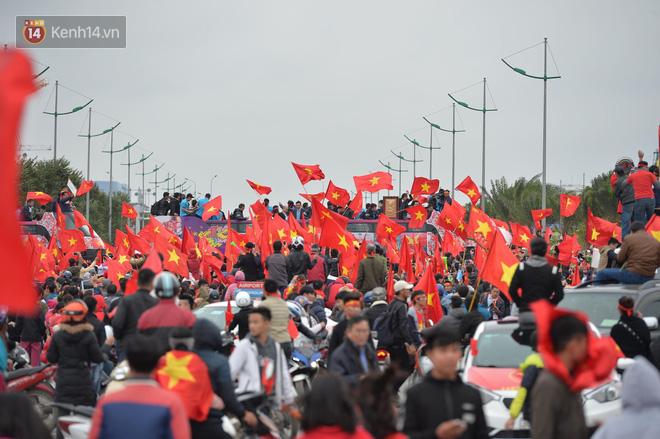 Tình yêu người hâm mộ quá lớn: Đường phố rợp xe và cờ, hơn 4 tiếng đoàn xe của U23 Việt Nam mới có thể tiến vào nội đô - Ảnh 5.