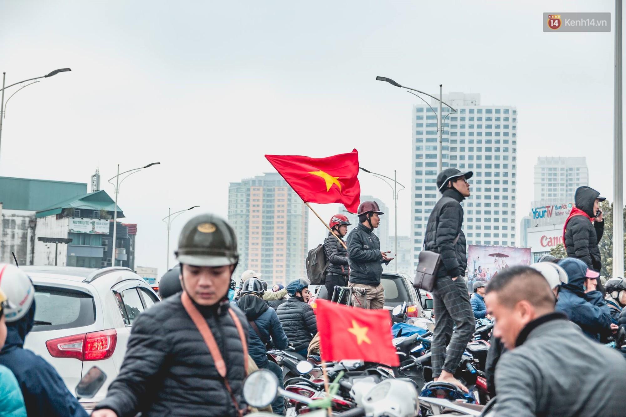 Tình yêu người hâm mộ quá lớn: Đường phố rợp xe và cờ, hơn 4 tiếng đoàn xe của U23 Việt Nam mới có thể tiến vào nội đô - Ảnh 15.