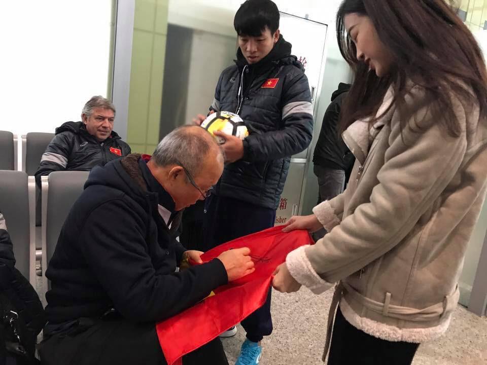 Hoa hậu Đỗ Mỹ Linh gặp Bùi Tiến Dũng và các cầu thủ U23 Việt Nam tại sân bay - Ảnh 2.