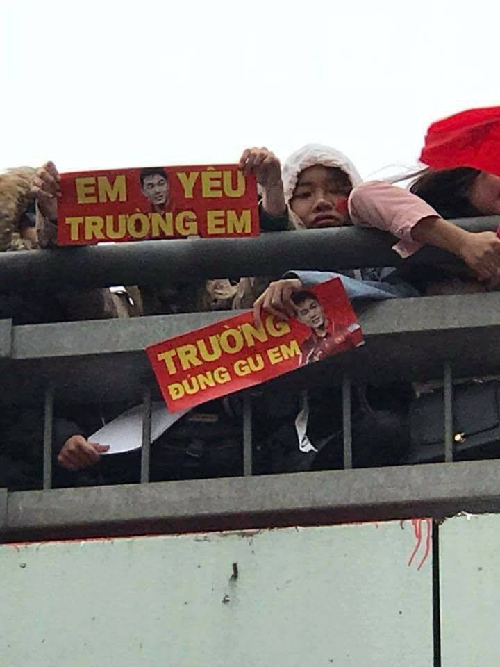 Cười vỡ bụng với nghìn lẻ một khẩu hiệu cổ vũ U23 Việt Nam cực ấn tượng của cổ động viên cả nước - Ảnh 3.