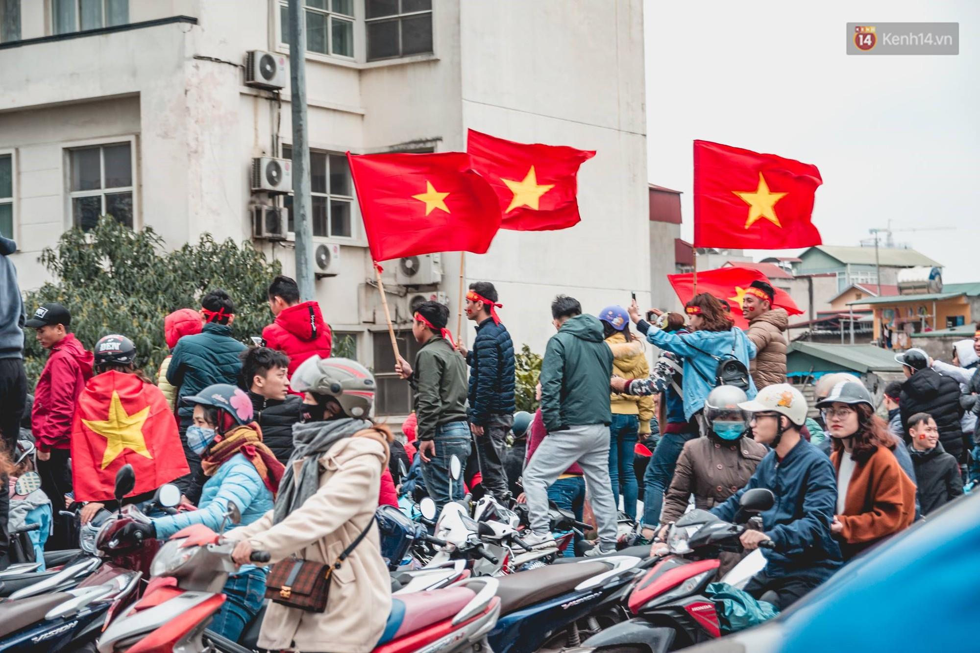 Tình yêu người hâm mộ quá lớn: Đường phố rợp xe và cờ, hơn 4 tiếng đoàn xe của U23 Việt Nam mới có thể tiến vào nội đô - Ảnh 13.