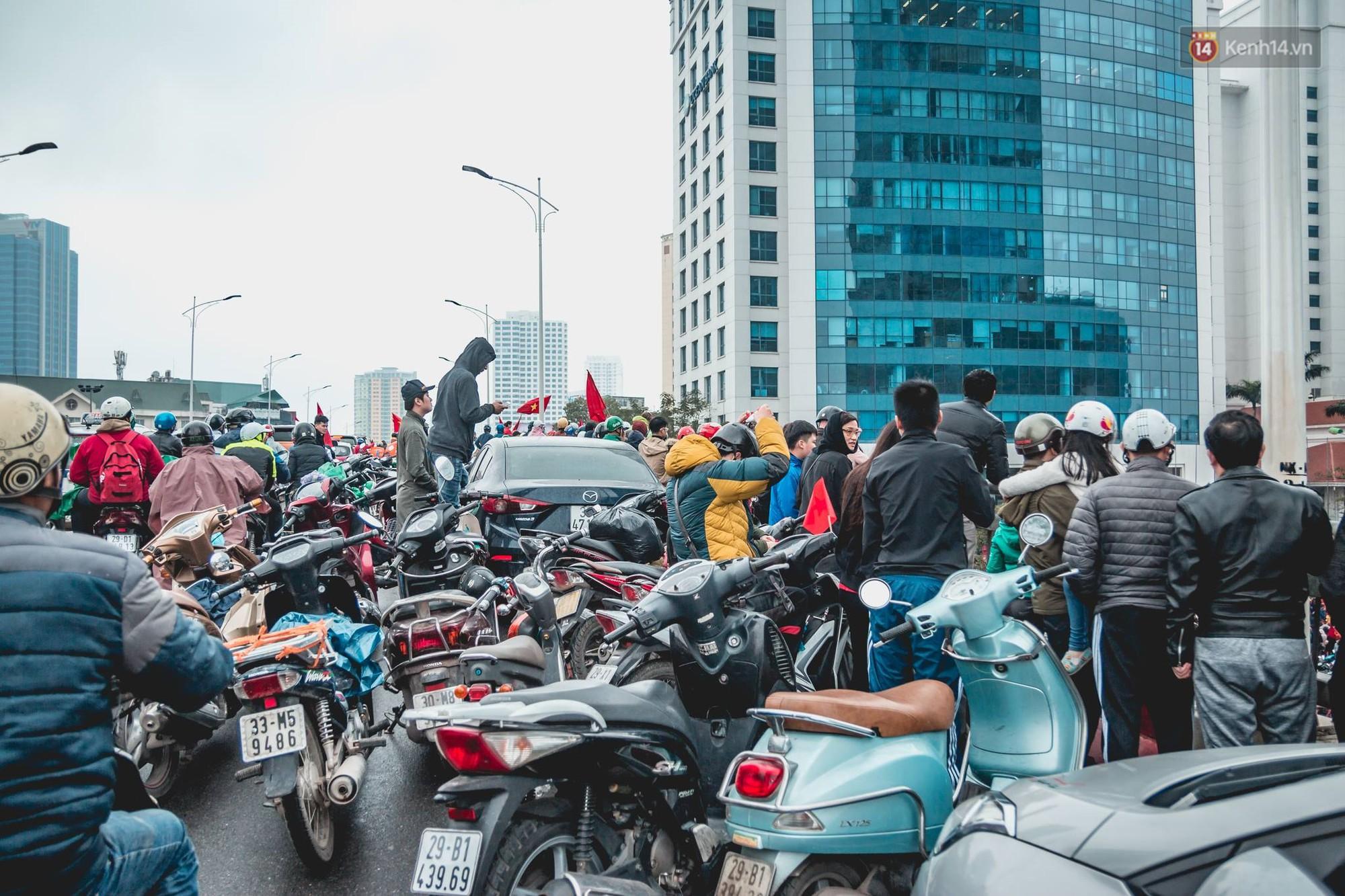 Tình yêu người hâm mộ quá lớn: Đường phố rợp xe và cờ, hơn 4 tiếng đoàn xe của U23 Việt Nam mới có thể tiến vào nội đô - Ảnh 12.