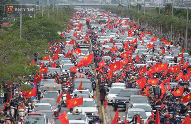 Tình yêu người hâm mộ quá lớn: Đường phố rợp xe và cờ, hơn 4 tiếng đoàn xe của U23 Việt Nam mới có thể tiến vào nội đô - Ảnh 7.