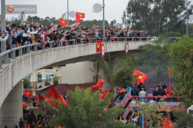 Tình yêu người hâm mộ quá lớn: Đường phố rợp xe và cờ, hơn 4 tiếng đoàn xe của U23 Việt Nam mới có thể tiến vào nội đô - Ảnh 8.