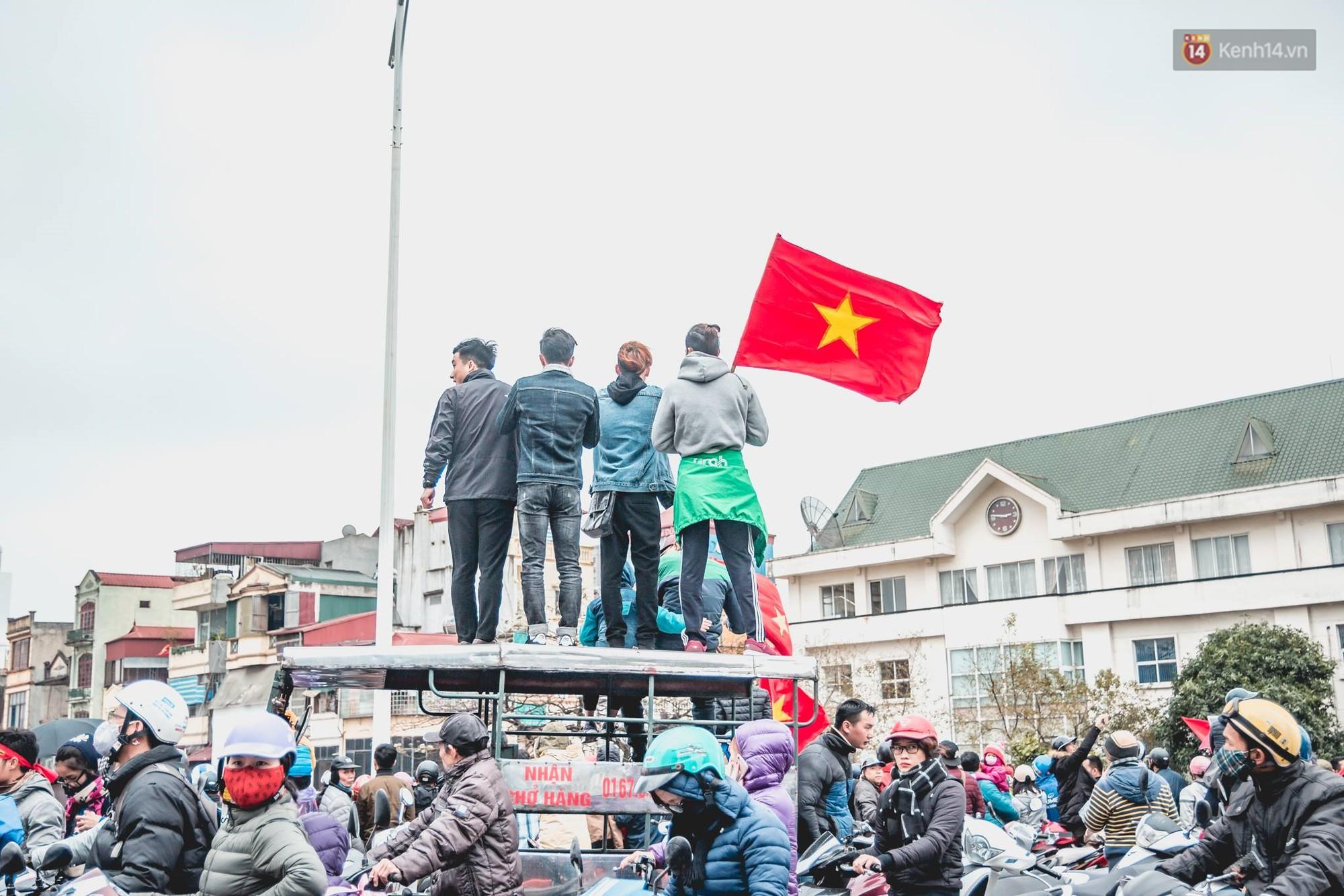 Tình yêu người hâm mộ quá lớn: Đường phố rợp xe và cờ, hơn 4 tiếng đoàn xe của U23 Việt Nam mới có thể tiến vào nội đô - Ảnh 11.