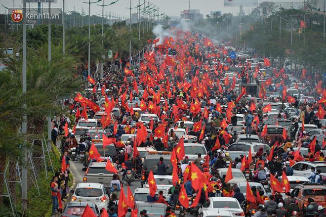Tình yêu người hâm mộ quá lớn: Đường phố rợp xe và cờ, hơn 4 tiếng đoàn xe của U23 Việt Nam mới có thể tiến vào nội đô - Ảnh 1.