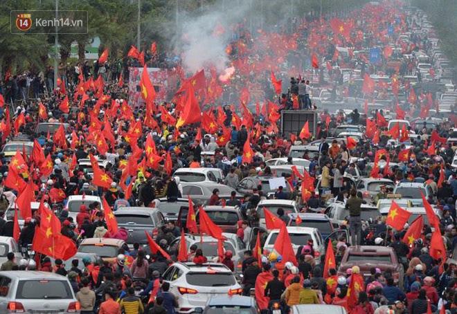 Tình yêu người hâm mộ quá lớn: Đường phố rợp xe và cờ, hơn 4 tiếng đoàn xe của U23 Việt Nam mới có thể tiến vào nội đô - Ảnh 2.
