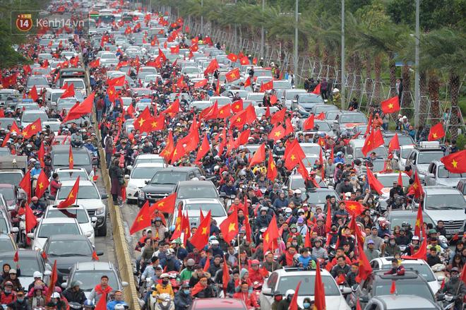 Tình yêu người hâm mộ quá lớn: Đường phố rợp xe và cờ, hơn 4 tiếng đoàn xe của U23 Việt Nam mới có thể tiến vào nội đô - Ảnh 3.