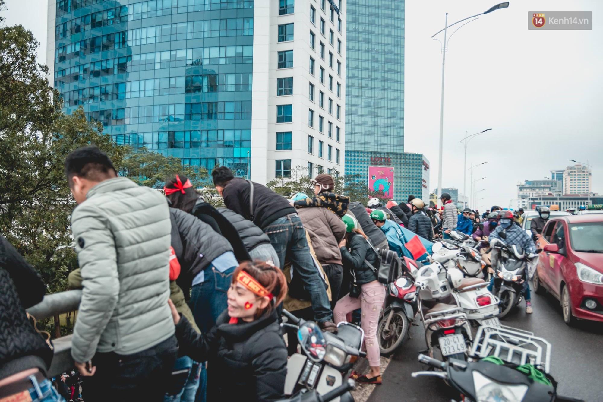 Tình yêu người hâm mộ quá lớn: Đường phố rợp xe và cờ, hơn 4 tiếng đoàn xe của U23 Việt Nam mới có thể tiến vào nội đô - Ảnh 9.