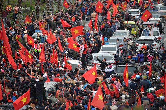 Tình yêu người hâm mộ quá lớn: Đường phố rợp xe và cờ, hơn 4 tiếng đoàn xe của U23 Việt Nam mới có thể tiến vào nội đô - Ảnh 4.
