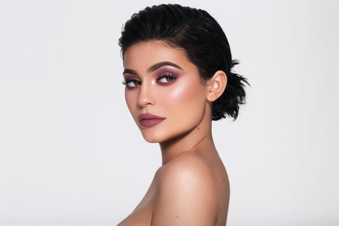 Dù sinh sau đẻ muộn, thương hiệu mỹ phẩm của Rihanna được dự đoán sẽ sớm vượt mặt thương hiệu của Kylie Jenner và Kim Kardashian - Ảnh 3.