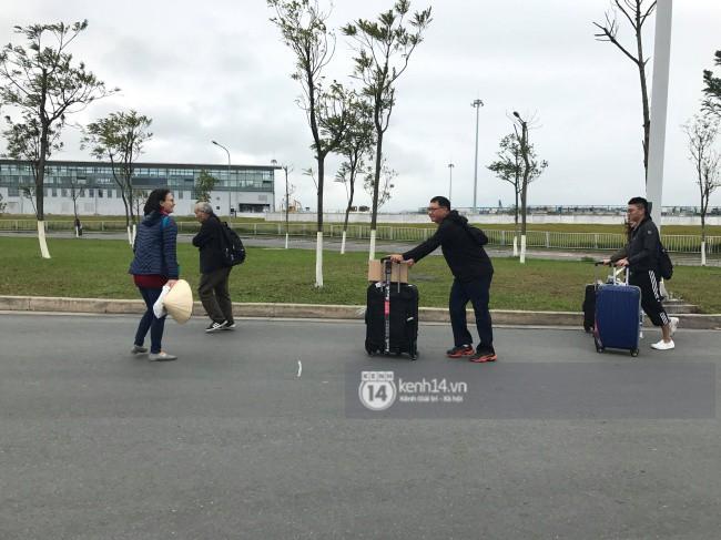 Dù sân bay Nội Bài chật kín, nhiều hành khách vẫn vui vẻ kéo vali đi bộ hơn 1km để vào nhà ga T2 - Ảnh 3.