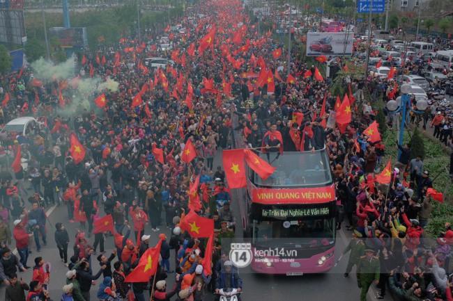 Tình yêu người hâm mộ quá lớn: Đường phố rợp xe và cờ, hơn 4 tiếng đoàn xe của U23 Việt Nam mới có thể tiến vào nội đô - Ảnh 17.