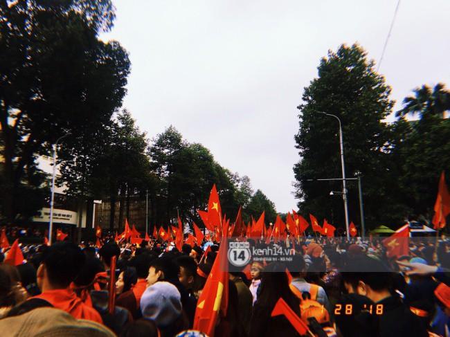 Tình yêu người hâm mộ quá lớn: Đường phố rợp xe và cờ, hơn 4 tiếng đoàn xe của U23 Việt Nam mới có thể tiến vào nội đô - Ảnh 19.
