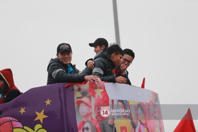 Tình yêu người hâm mộ quá lớn: Đường phố rợp xe và cờ, hơn 4 tiếng đoàn xe của U23 Việt Nam mới có thể tiến vào nội đô - Ảnh 20.