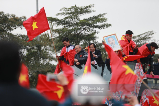 Tình yêu người hâm mộ quá lớn: Đường phố rợp xe và cờ, hơn 4 tiếng đoàn xe của U23 Việt Nam mới có thể tiến vào nội đô - Ảnh 21.
