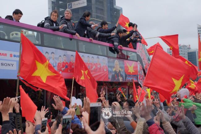 Tình yêu người hâm mộ quá lớn: Đường phố rợp xe và cờ, hơn 4 tiếng đoàn xe của U23 Việt Nam mới có thể tiến vào nội đô - Ảnh 18.