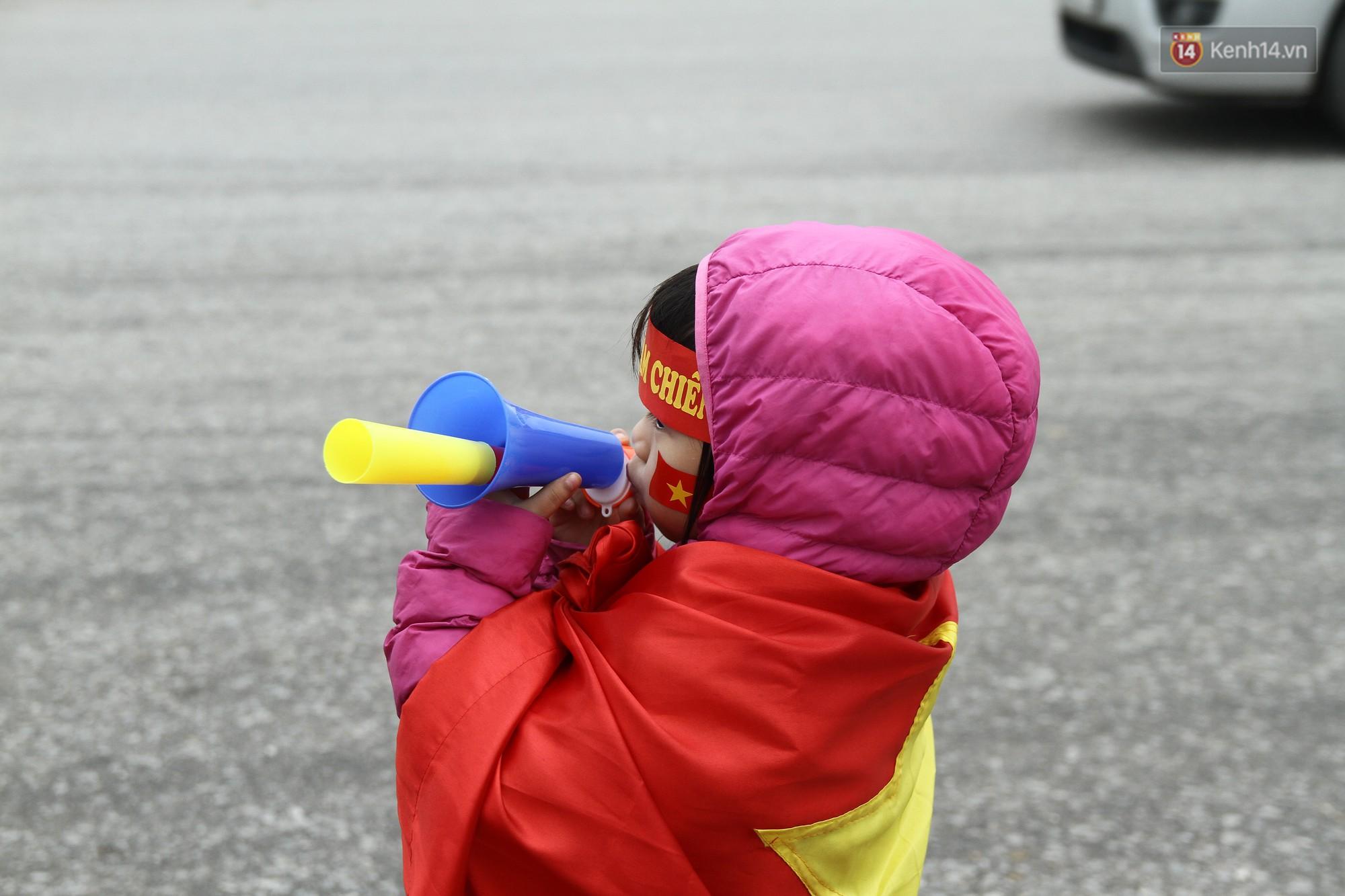 Chùm ảnh: Những cổ động viên nhí má đỏ môi hồng xuống đường đón U23 Việt Nam, nhìn là thấy cưng rồi! - Ảnh 3.