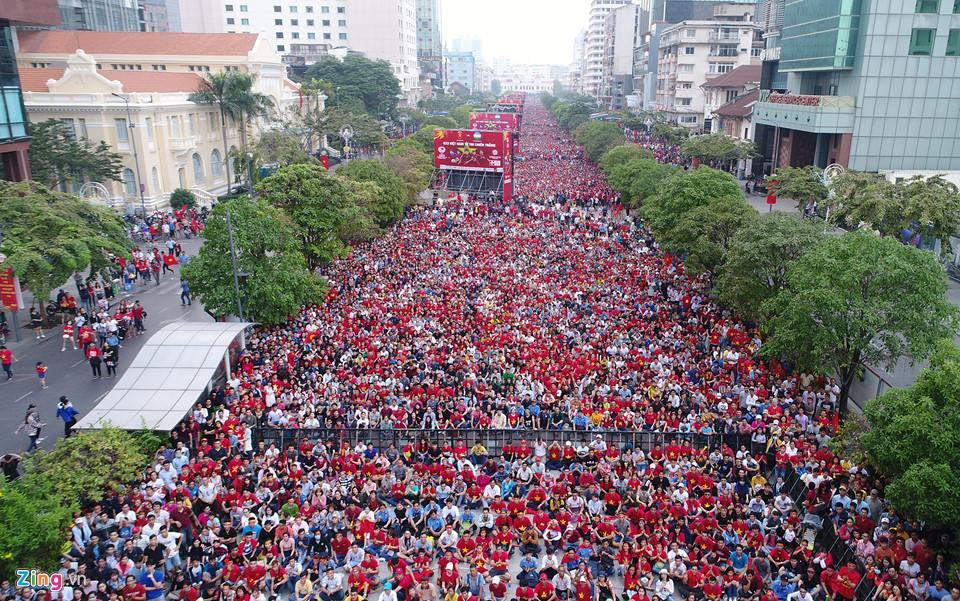 Clip: Hàng triệu cổ động viên nhuộm đỏ phố đi bộ Nguyễn Huệ, xem lại hình ảnh thôi cũng thấy rộn ràng cảm xúc - Ảnh 2.
