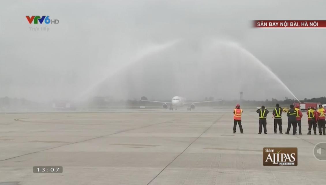 Máy bay chở đội tuyển U23 Việt Nam hạ cánh dưới 2 vòi phun nước từ xe cứu hỏa