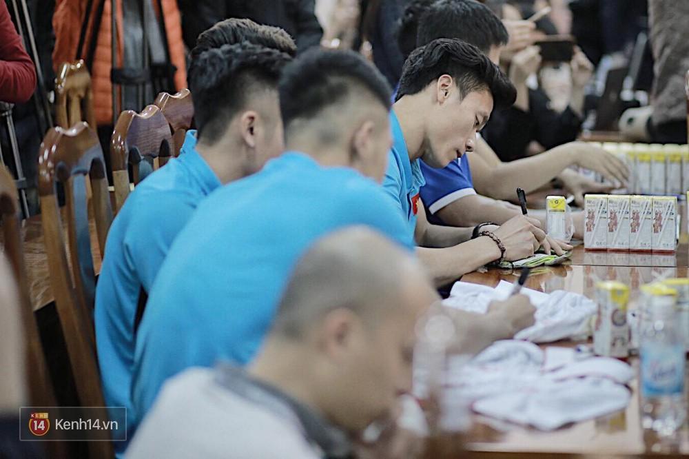 Cận cảnh dàn cầu thủ cực phẩm U23 Việt Nam trong họp báo mừng công - Ảnh 4.