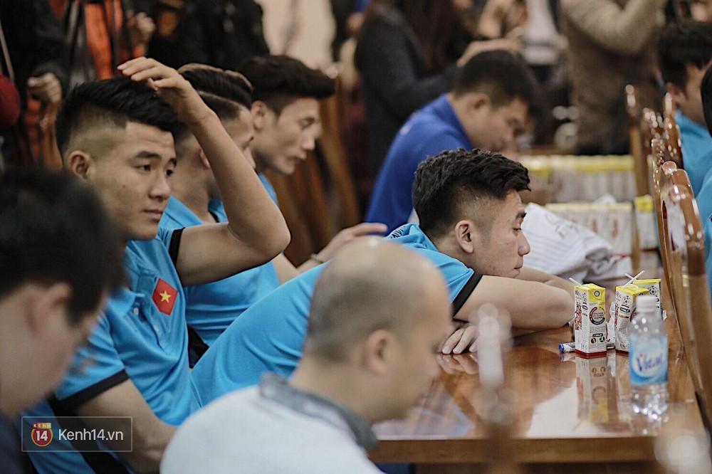 Cận cảnh dàn cầu thủ cực phẩm U23 Việt Nam trong họp báo mừng công - Ảnh 3.