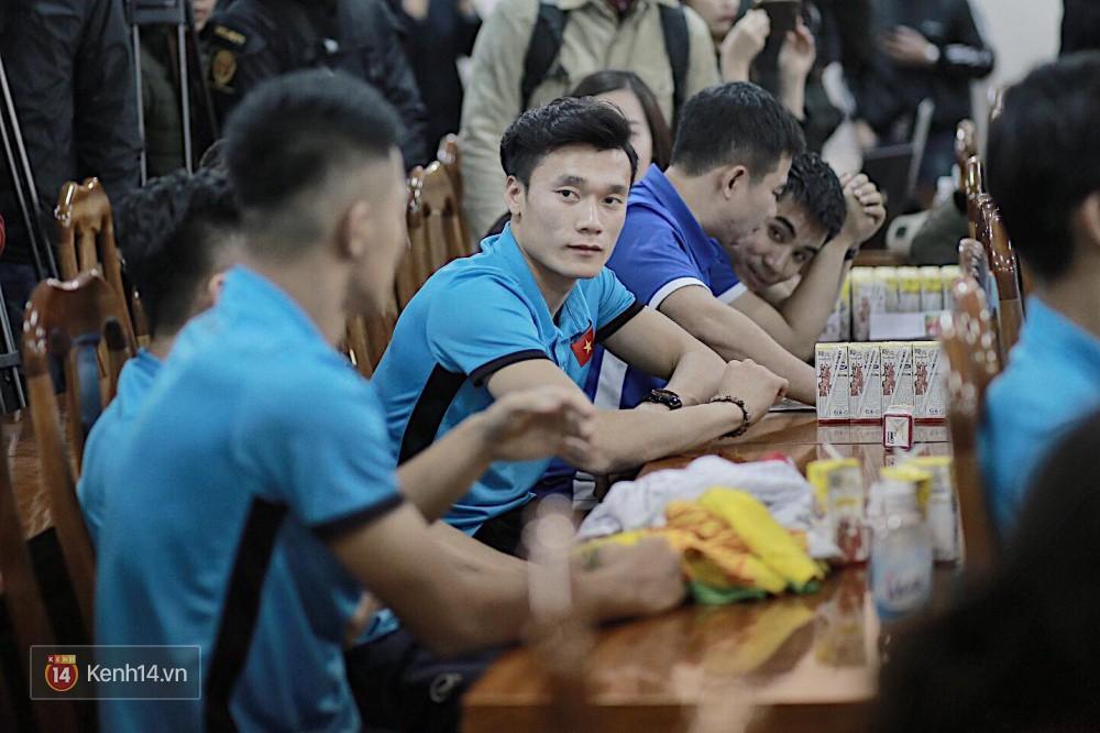 Cận cảnh dàn cầu thủ cực phẩm U23 Việt Nam trong họp báo mừng công - Ảnh 7.