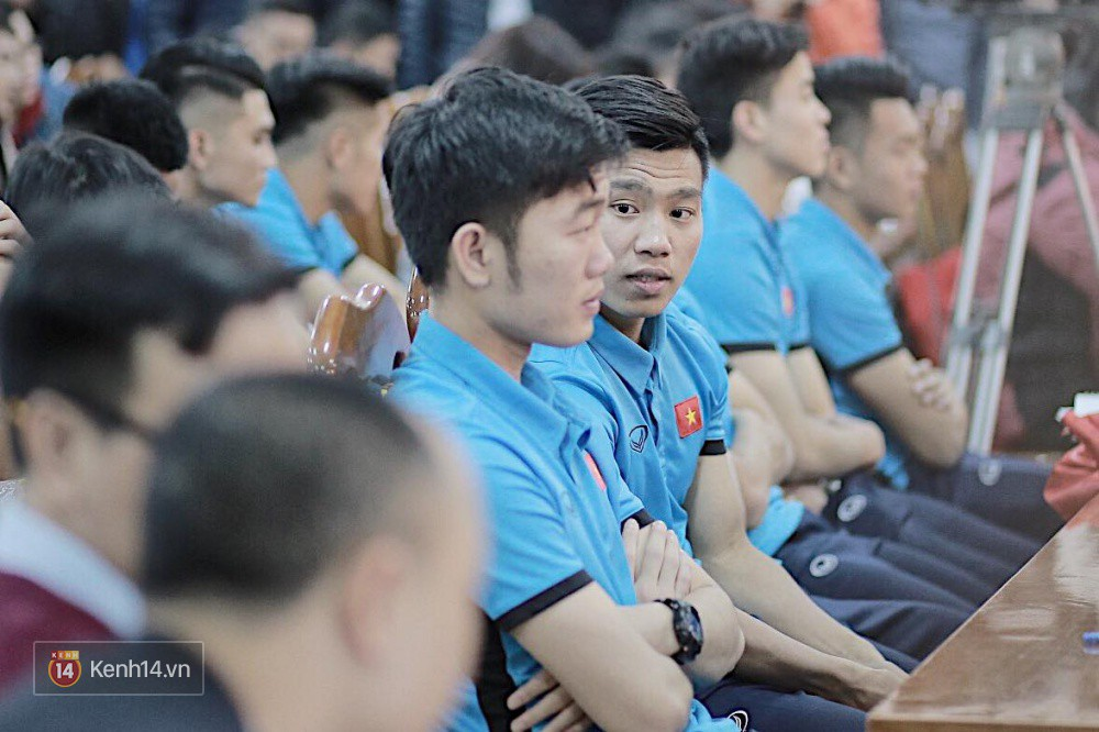 Cận cảnh dàn cầu thủ cực phẩm U23 Việt Nam trong họp báo mừng công - Ảnh 10.