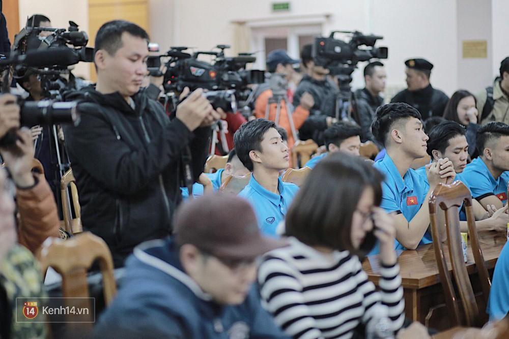 Cận cảnh dàn cầu thủ cực phẩm U23 Việt Nam trong họp báo mừng công - Ảnh 13.