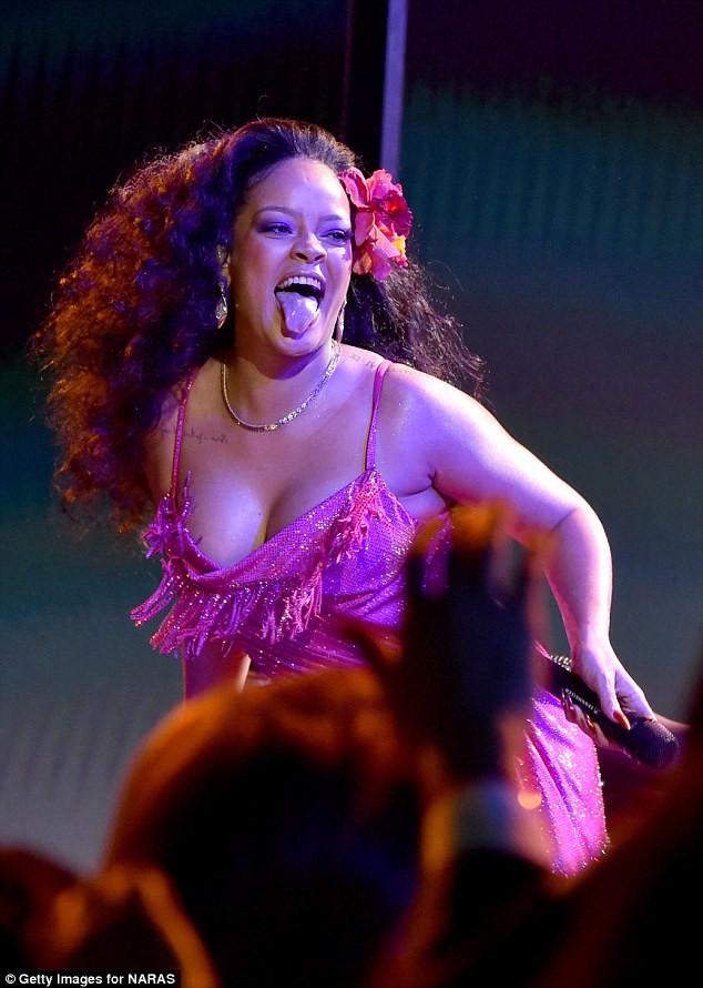 Grammy 2018: Rihanna mải nhảy sexy, tưởng như vòng 1 sắp trào ra ngoài - Ảnh 5.