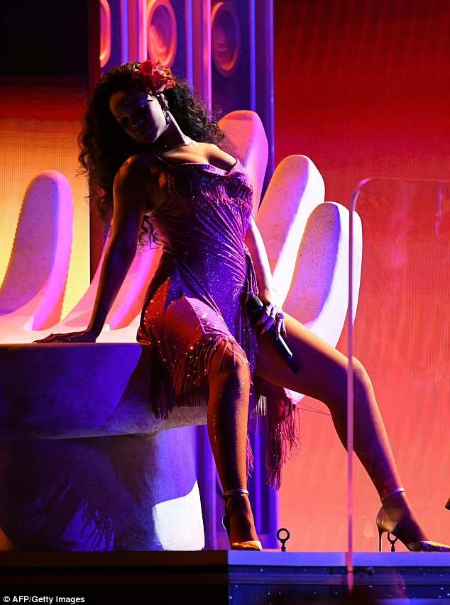 Grammy 2018: Rihanna mải nhảy sexy, tưởng như vòng 1 sắp trào ra ngoài - Ảnh 6.