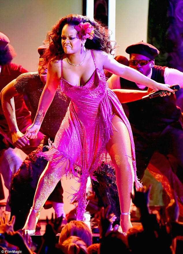 Grammy 2018: Rihanna mải nhảy sexy, tưởng như vòng 1 sắp trào ra ngoài - Ảnh 4.
