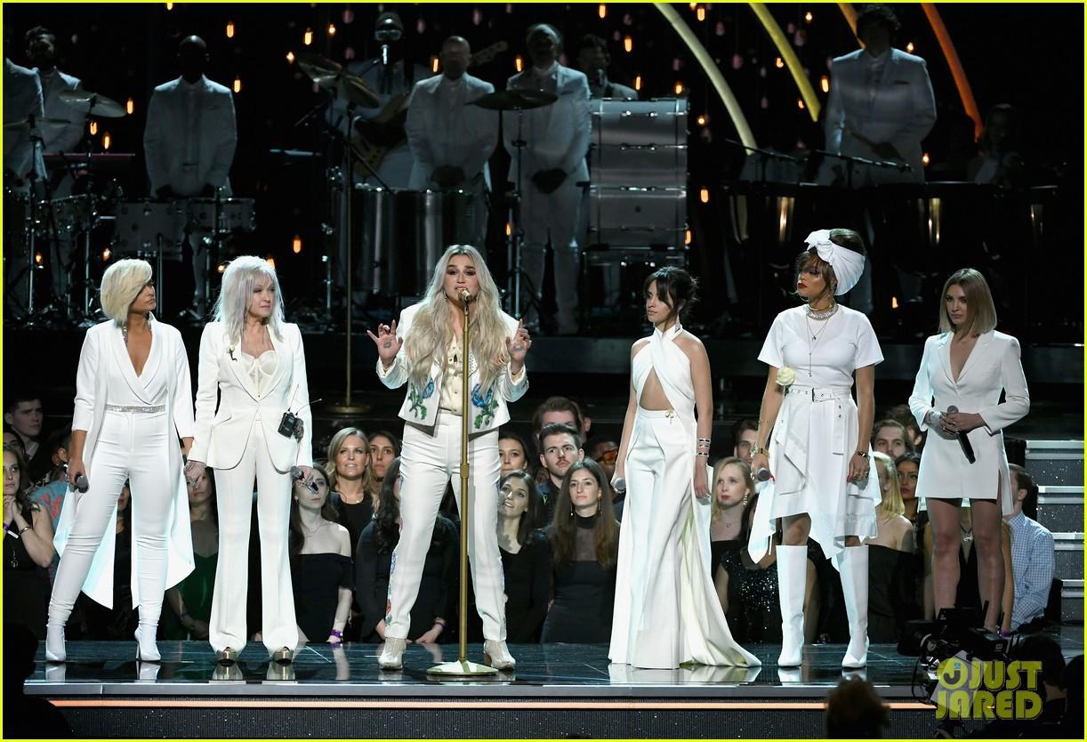 Cả showbiz xúc động vì màn trình diễn chống xâm hại tình dục của Kesha tại Grammy 2018 - Ảnh 3.