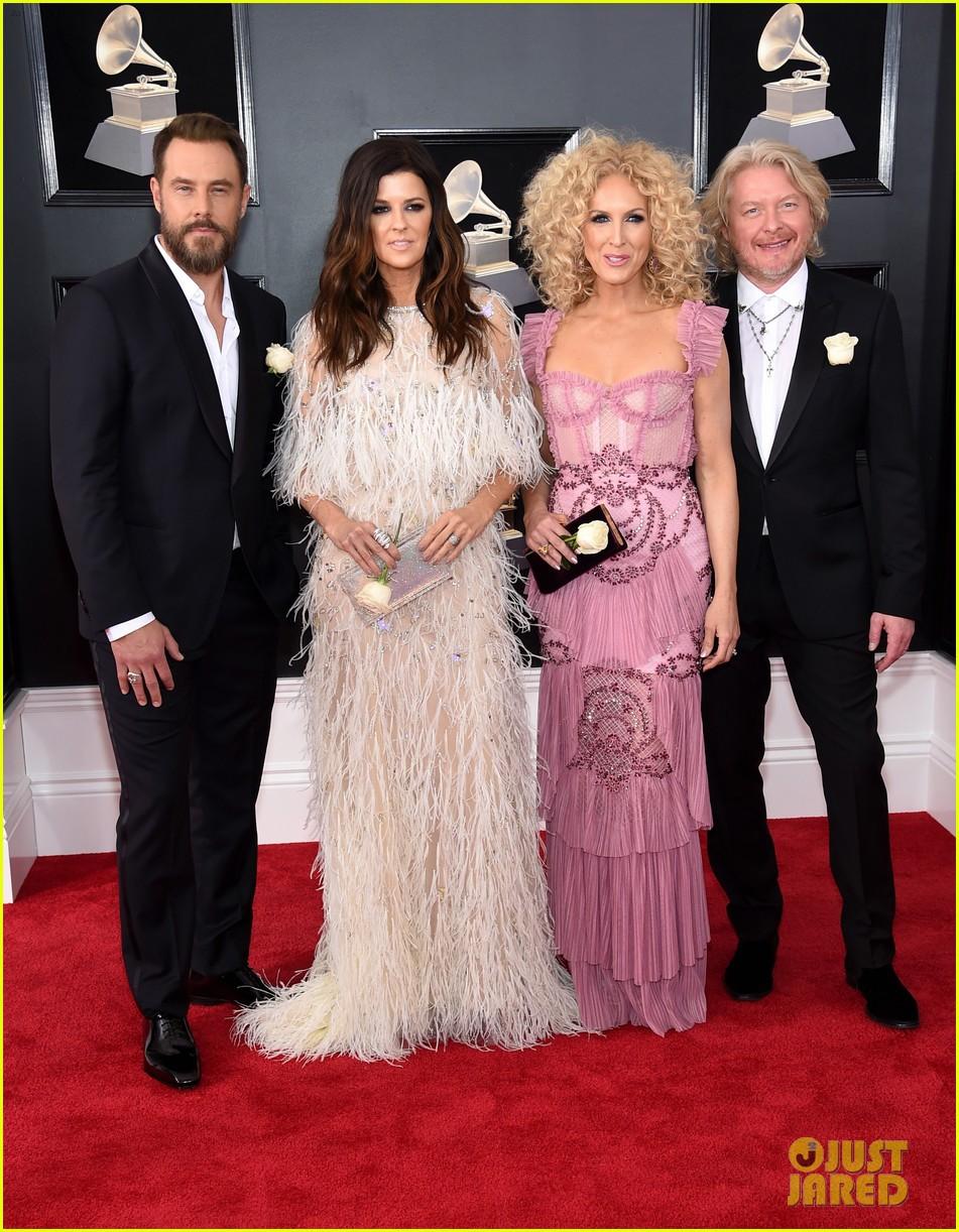 Thảm đỏ Grammy 2018: Loạt sao khoe sắc lộng lẫy với bông hồng trắng, loài hoa có một ý nghĩa đặc biệt - Ảnh 17.