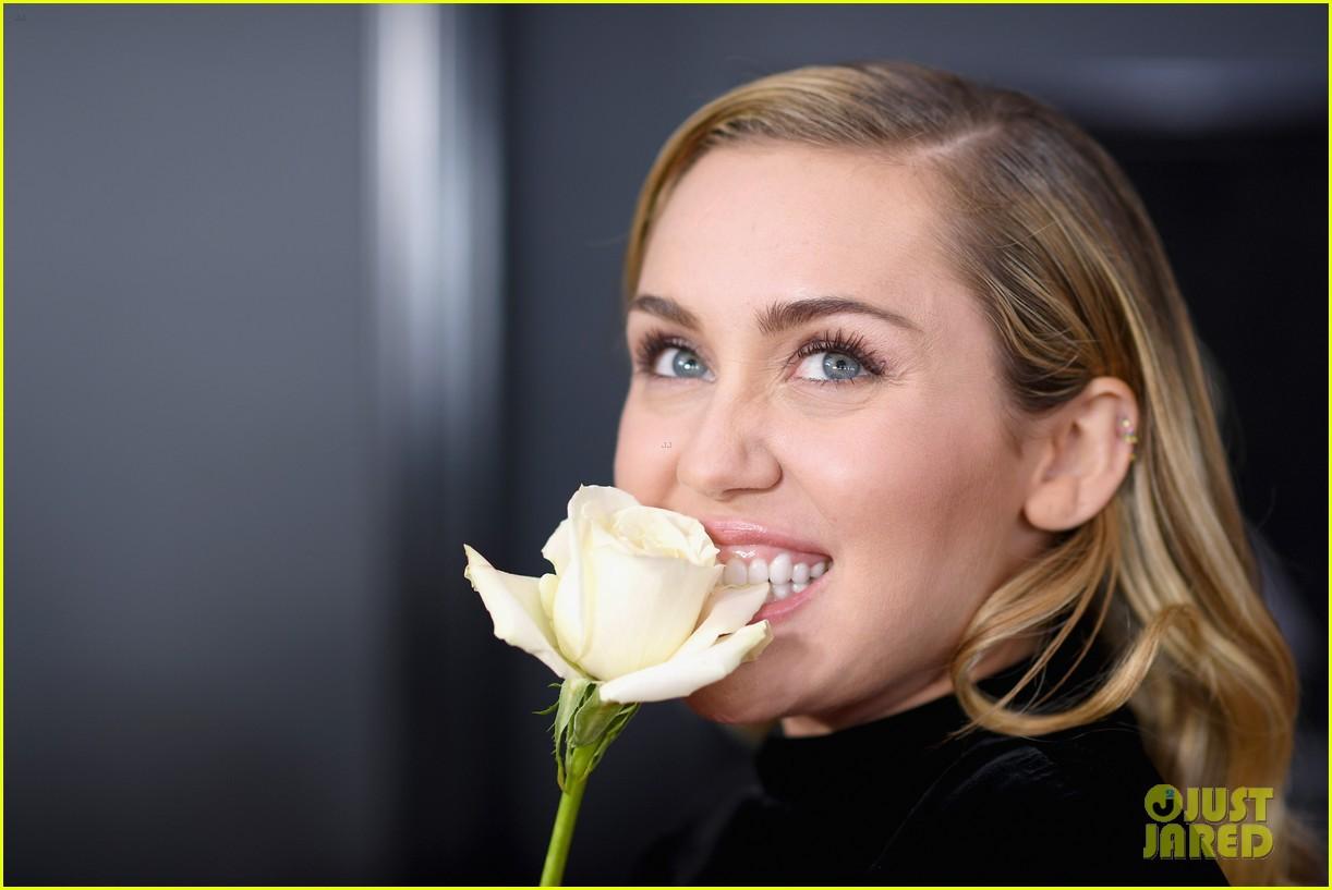 Bông hồng trắng - loài hoa có ý nghĩa đặc biệt - được loạt sao khoe sắc tại Thảm đỏ Grammy 2018