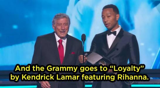 Khoảnh khắc khó xử tại Grammy 2018: Huyền thoại 91 tuổi trao giải xong... đứng chắn khiến Rihanna không thể bước lên - Ảnh 2.