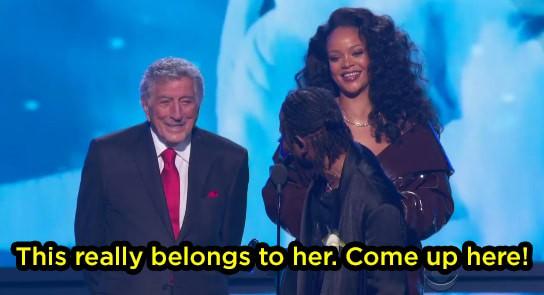 Khoảnh khắc khó xử tại Grammy 2018: Huyền thoại 91 tuổi trao giải xong... đứng chắn khiến Rihanna không thể bước lên - Ảnh 4.