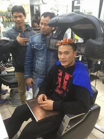 Vừa mới về nước, cả loạt cầu thủ U23 Việt Nam đã phải tranh thủ đi làm tóc để tút tát nhan sắc - Ảnh 1.