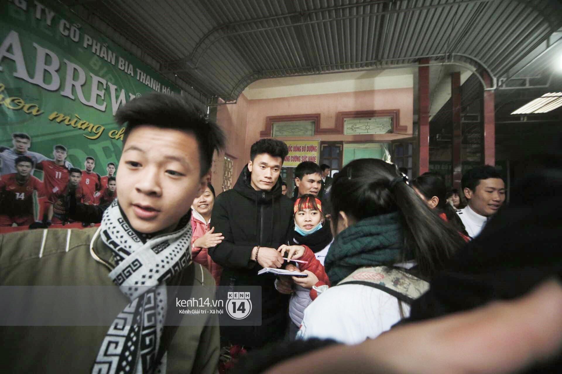 Chùm ảnh: Biết tin anh em Tiến Dũng đã về nhà, hàng trăm người hâm mộ Thanh Hóa đã kéo đến chúc mừng - Ảnh 8.